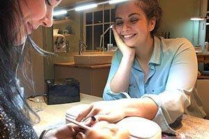 Esther doet de nagels van Amy